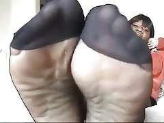 Starless mature all round black pantyhose shows feet