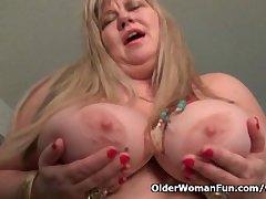 BBW milf Love Goddess rubs will not hear of mature clit